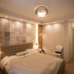 Teljes átalakulás 142 m2-en - hálószoba kialakítás zuhanyzóval