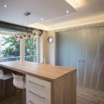 Teljes átalakulás 142 m2-en - konyha kialakítás üveg tolóajtóval