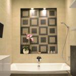 Loft jellegű lakás a Duna parton, fürdőszoba kialakítás egyedi díszítő falfülke spot világítással - belsőépítészeti kivitelezés, Bergmann Kft. Tervező, lakberendező: Flat Art 2000 Lakásművészeti Stúdió
